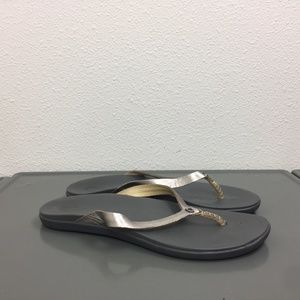 Olukai Gold Leather Thongs Flip Flops Sandals Sz 7